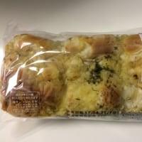 ファミマ・こんがりチーズのちぎれるオニオンブレッド