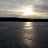 凍る貯水池と八ヶ岳