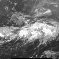 梅雨前線を気象衛星で撮るとこうなっています。長く続いていますね。