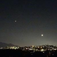 三日月と金星と山のイルミネーション