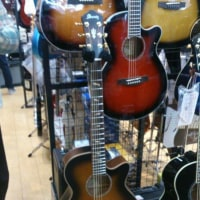 ママのギター選び、そしてサプライズ!ジャンベ師匠あらわる!
