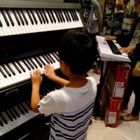 ピアノ選定中