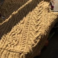 年をまたいで、アラン模様のセーターを編む