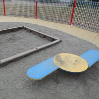 「すくすくひろば」内の砂場と小遊具-1の1
