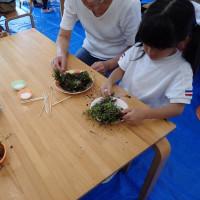 コケ盆栽制作中:子供たちもしっかりと作っていました。