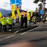 年末の交通指導所が松川村の道の駅寄って停で開催