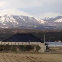 3/26 車窓から鳥海山と秋田県の日本海の夕日を望む