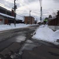 縁石が顔を出すほど通りの排雪が進められていた