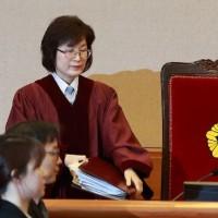 朴大統領は弾劾審判を引き延ばすため、今まで、憲法裁の弾劾審判における多くの証言を無視している
