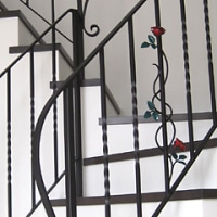 薔薇のモチーフがあしらわれた階段手摺り
