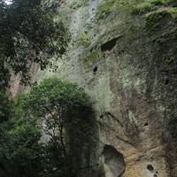 花の岩窟神社で祈る