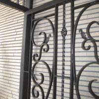 唐草の装飾で構成されたエレガントなデザインの門扉