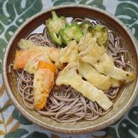 エリンギと野菜を天ぷらにして蕎麦に並べる朝