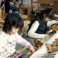 可愛い姉妹の手織り体験です