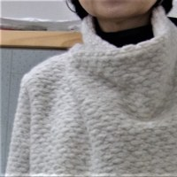 真白な襟をねじって被る簡単コート(カットソー生徒作品)
