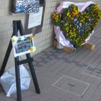 図書館、社教センターにペットボトルハンギングのハートのオブジェ展示