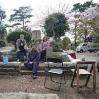 牟田さんの墓前で