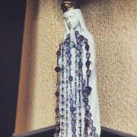 静謐な祈りの聖母とロザリオ。