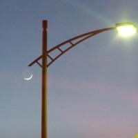 夕暮れの細い月