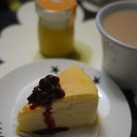 チーズケーキにブルーベリージャムと残り物ごはん