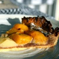 アーモンドクリームを敷いた桃のタルト