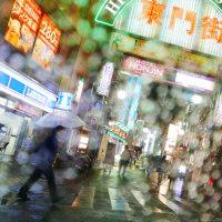 雨の繁華街