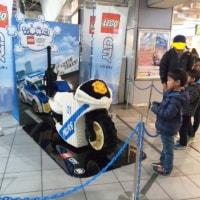 大きなレゴ・バイクが駅ナカに出現