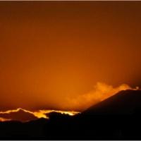富士山頂に「ミッキーマウスのような」茜雲出現