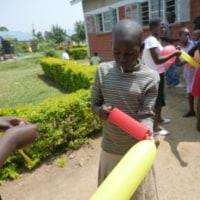 女子神学生の風船作りでもっと作ってと求める可愛い子ども