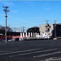 名残の紅葉と北総線大町駅前からの富士