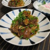 牛筋と糸こんにゃくの煮込みと焼きそら豆。