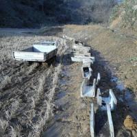 イノシシの被害で用水が壊されています!・・・しっかり直すためU字溝を、用水まで運搬。25本はきつかった。日を改めて設置工事します。