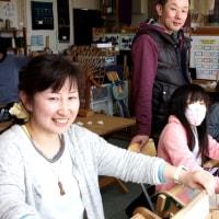 お母さんと姉妹の手織り体験