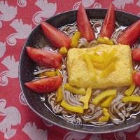 櫛形切りトマトを厚焼き玉子蕎麦に並べる朝