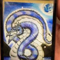 龍の絵を描く16歳の少女
