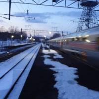 美々駅を通過する臨時寝台特急カシオペア(2017年)