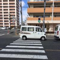 横断歩道に止まる車