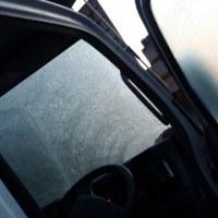 ぐあっ!軽トラの窓ガラスが凍ってるっ。