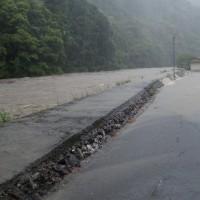 すさみ川氾濫 堤防越え