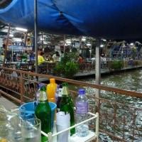 夜のメークロン川沿いの食堂