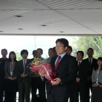若き力、山田こうへい新町長が初登庁