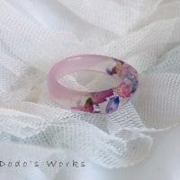 薔薇の花びらが入ったピンクのレジンリング
