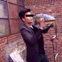 ワニガメを放そうとした青年 サヨナラのキスでがぶり!--中国