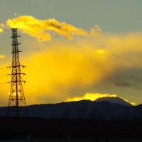 日没時、富士山のシルエットが背景の雲に