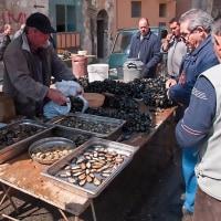 2005.04.23 イタリア ターラント 旧市街の市場: 男が集まる貝売り屋