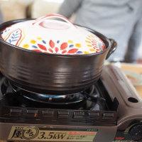 きりたんぽ鍋の材料を抱えて