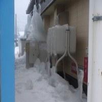 氷に覆われた灯油タンク
