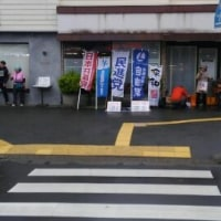 野党4党の旗-座間駅頭に並び立つ