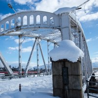 橋の上の雪の路