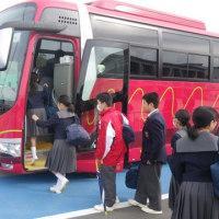 1、2年生は学習旅行へ出発しました。